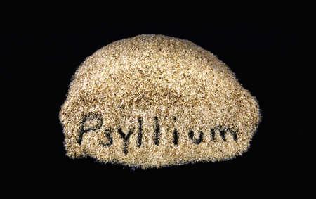 Word op de dagelijkse voedingsvezels supplement psyllium op een zwarte achtergrond Stockfoto