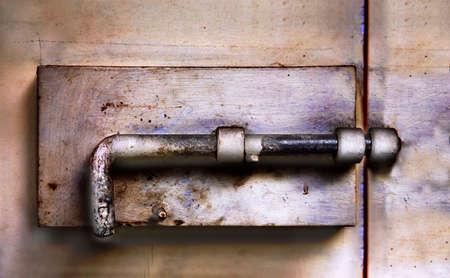 金属のドアの古い金属ラッチ