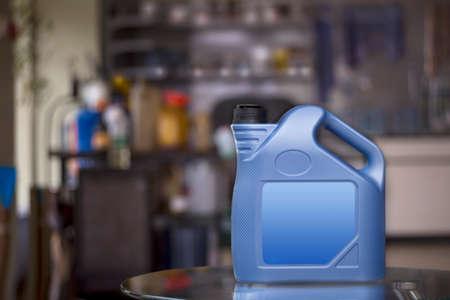 Blauwe plastic bus met blank label in een onscherpe achtergrond