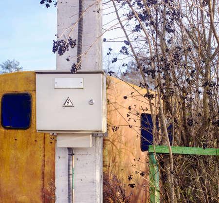 electric meter: Cerrar vista de un cuadro de medidor eléctrico en el poste Foto de archivo