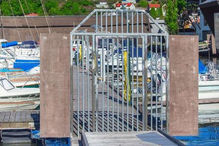 literas: Los buques, embarcaciones y yates en el puerto de Sandefjord, Noruega. puertas metálicas. Foto de archivo