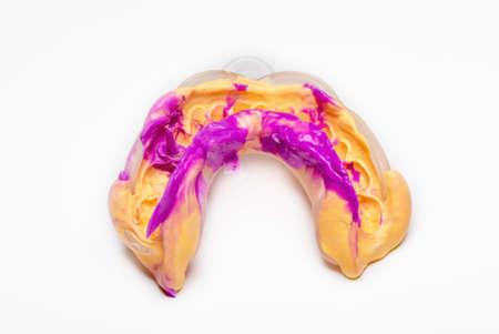 歯科用印象、印象材から作られました。白地。