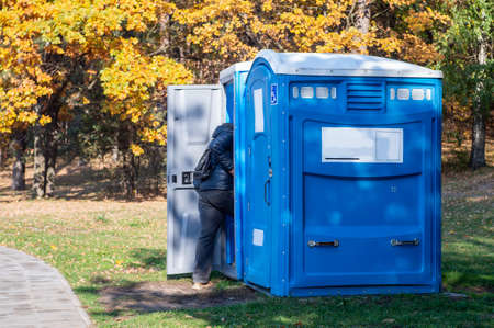 Portable toilet for the disabled in a park. Imagens