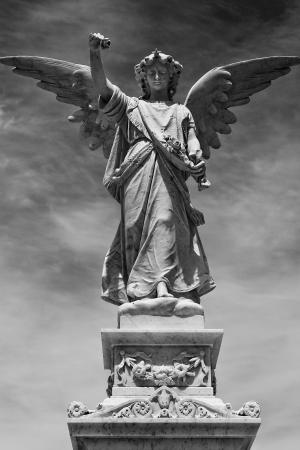 ange gardien: Statue d'ange en noir et blanc avec des ailes hors étirée Banque d'images