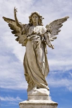 angel de la guarda: Angel estatua en un pedestal Foto de archivo