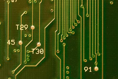 transistor: Cerca de la placa de circuito verde con números y letras