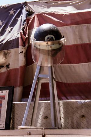 Casco de los bomberos de 9 11 en memorial
