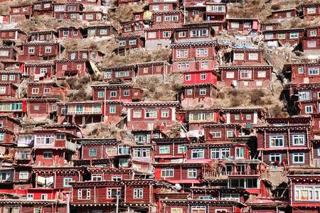 Larung Gar - 중국 Sertar 카운티에 위치한 세계에서 가장 큰 Bhuddist 아카데미 스톡 콘텐츠