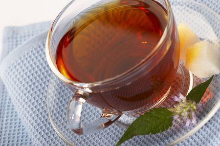serviette: nuttig thee met kruiden op de blauwe servet