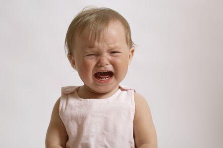 ni�os malos: Retrato del beb� llorando. Ni�a en el mal humor y que irrumpieron en l�grimas