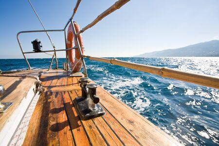 Летом серии: современные деревянные яхты в море. Палуба зрения
