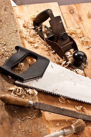 joinery: set di tool carpentieri su legno e trucioli di tne