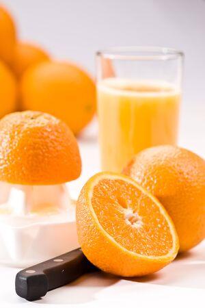 jus orange glazen: drinken reeks: sinaasappelsap met vers fruit Stockfoto