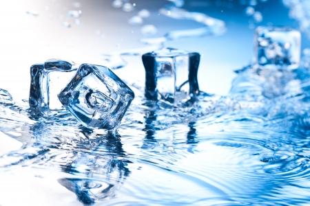 ice cube met zuiver water op reflecterend oppervlak