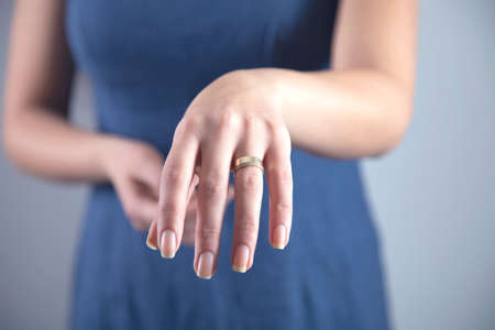 young show woman hand the wedding ring Banque d'images