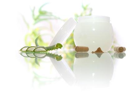 Cosmetica fyto crème met aloë vera op de witte achtergrond
