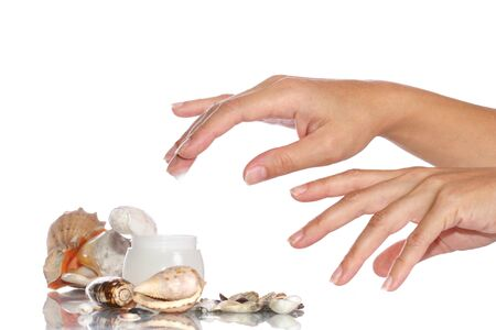 Cosmetica zee room en vrouw handen op de witte achtergrond Stockfoto