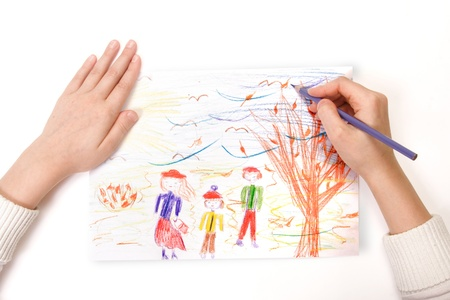 een kind tekent een familie