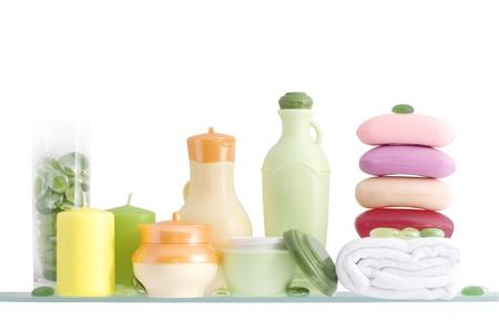 produits de beaut�: �tag�re dans une salle de bain sur le fond blanc