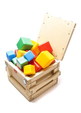 juguetes de madera: caja de madera con muchos bloques en el fondo blanco Foto de archivo