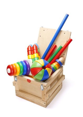 houten doos met veel speelgoed op een witte achtergrond