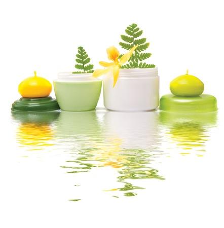 productos de belleza: Composici�n de los productos cosm�ticos con flores sobre fondo blanco Foto de archivo