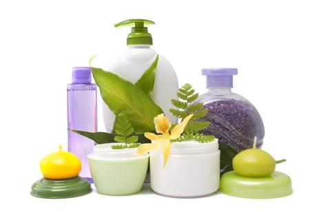 productos de belleza: Composici�n de los productos cosm�ticos con la flor en el fondo blanco