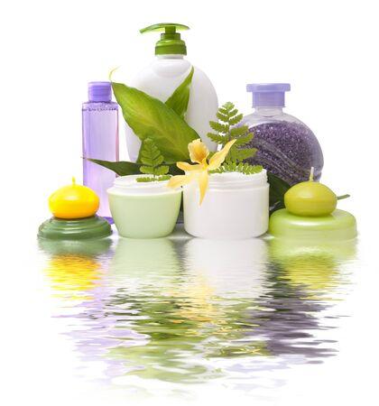 Samenstelling van cosmetische producten met bloem op een witte achtergrond