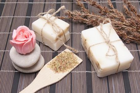 Handgemaakte Zeep met natuurlijke ingrediënten op houten achtergrond Stockfoto