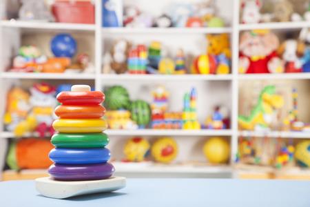 juguetes de madera: pyramidion de pl�stico en la habitaci�n de los ni�os