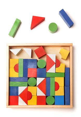 houten doos met veel blokken op een witte achtergrond Stockfoto