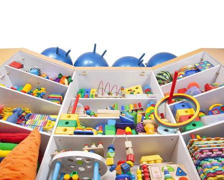 Plank met vele gekleurde speelgoed