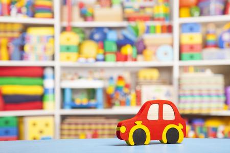voiture en bois dans la chambre pour les enfants