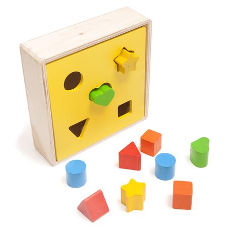 sorter kind speelgoed op de witte
