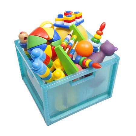 juguetes de madera: caja con juguetes en el blanco Foto de archivo