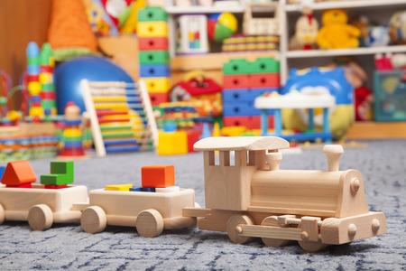 juguetes de madera: tren de madera en la sala de juego y muchos juguetes Foto de archivo