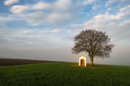 Piccola cappella sotto un albero nel paesaggio bavarese