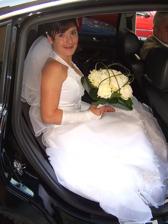 mariage: Beautiful bride sitting in the car