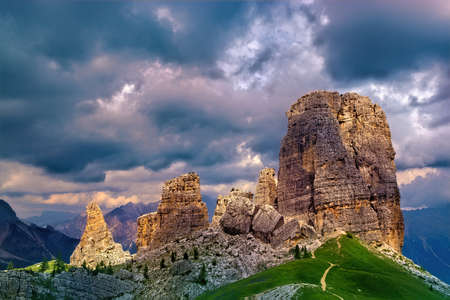 Sunrays on the dolomitic Cinque Torri (Cortina d'Ampezzo, Italy) on a cloudy day Banque d'images - 129569068