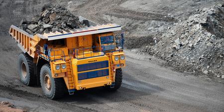 camion minero: amarillo grande movimiento de tierras carro de mina en Rusia. Foto de archivo