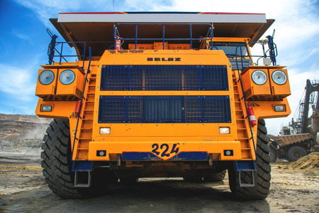 camion minero: amarillo grande movimiento de tierras carro de mina en Rusia. Editorial