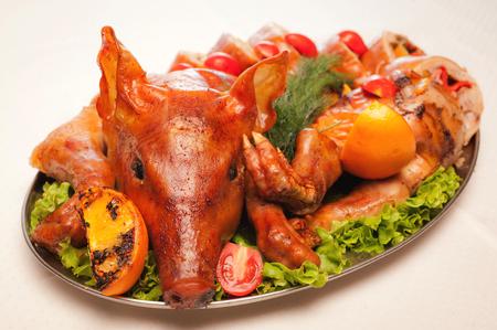 レストランで皿の上のグリル子豚