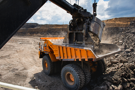camion minero: Siberia, Rusia - junio de 2015: Cargando amarillo grande groundmoving carro de mina en Rusia. Foto de archivo