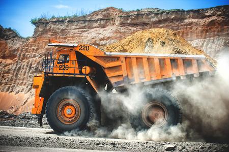 camion minero: Siberia, Rusia - junio de 2015: Loaded amarillo grande groundmoving carro de mina en Rusia.
