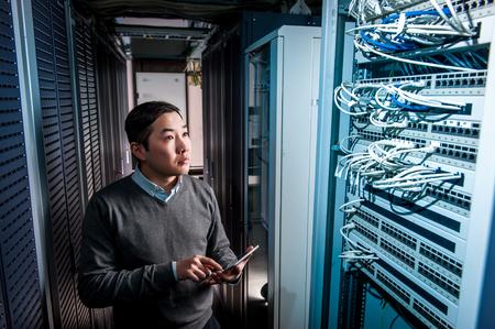 Młody inżynier biznesmen w pomieszczeniu z serwerem sieciowym