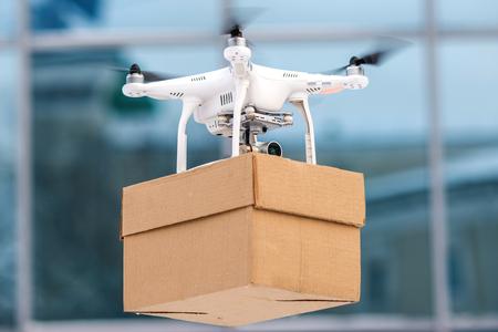 Drone ist ein großes Werkzeug für die Auslieferung von Paketen.