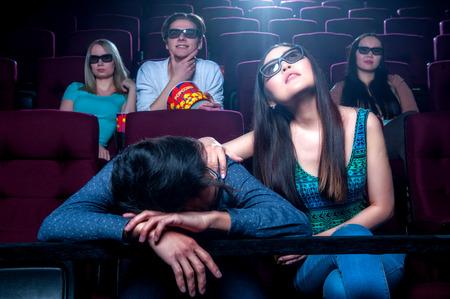 gente durmiendo: La gente en el cine con gafas 3d y miran película