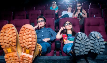 Die Leute im Kino 3D-Brille tragen und beobachten Film