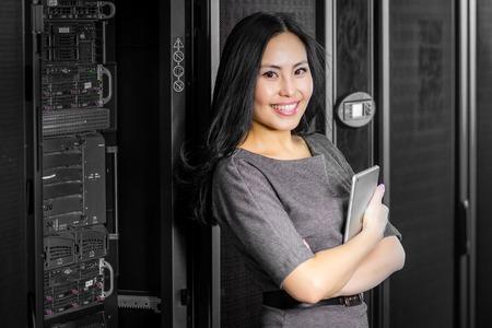 若い技術者達がネットワーク サーバー ルームでタブレットで実業家