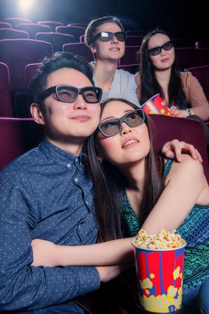 Mensen in de bioscoop het dragen van 3D-bril en het kijken naar de film